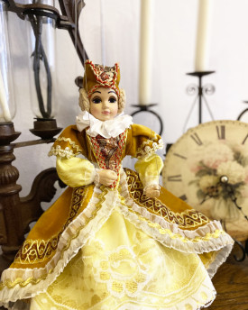 Court Lady Elizabeth - A charming marionette puppet in classy dresses